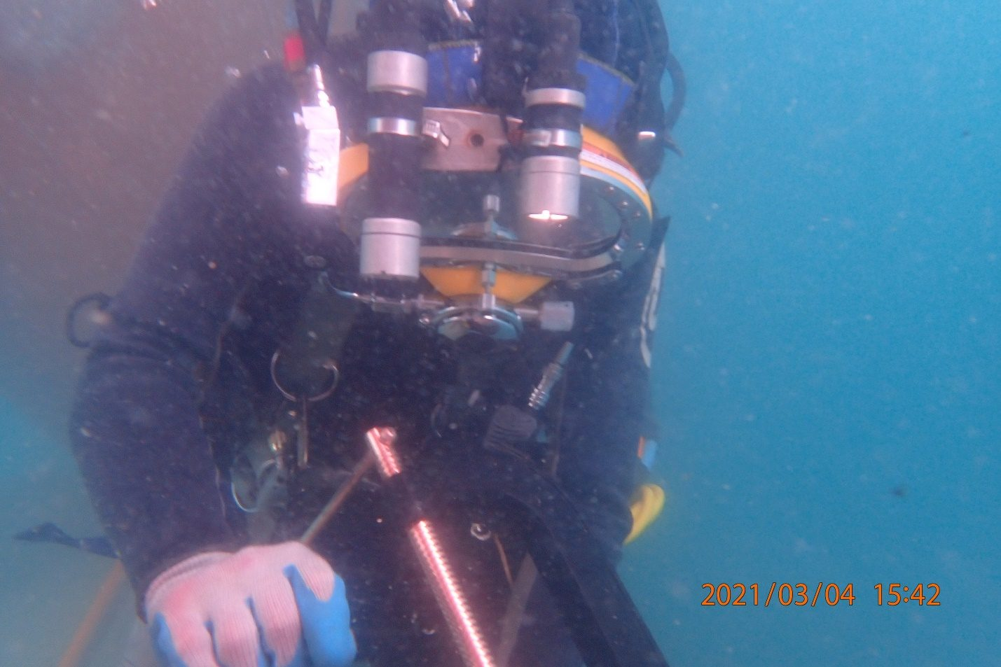 commercial-diver-in-water-survey